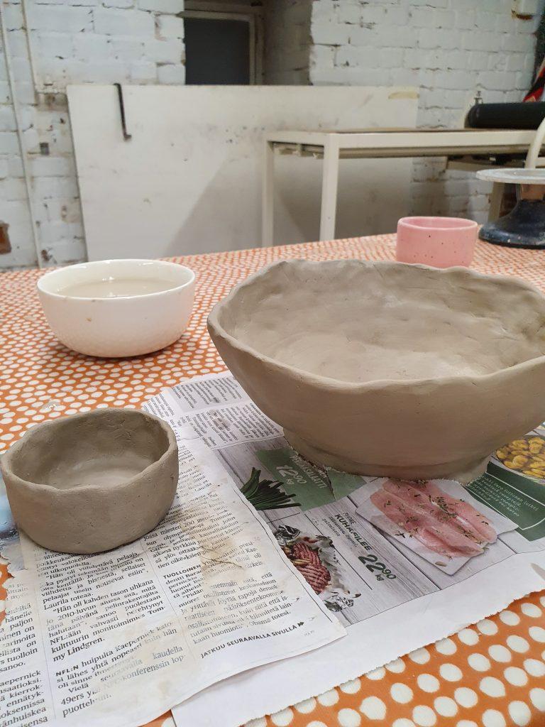 Keramiikkakurssilla tehdään itse kauniit keramiikka-astiat.