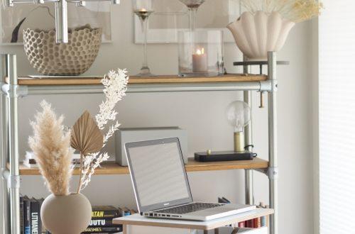Seisomatyöpiste helpottaa etätyöskentelyä kotona.